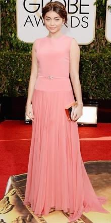 Sarah Hyland un po' troppo bimba timidina con la treccia sulla testa, il rosa confetto e la gonna morbida a pieghe.