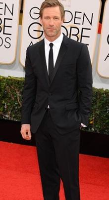 Iniziamo dal completo nero con cravatta a tono di Aaron Eckhart. Semplice ma...è sempre un bell'uomo e fa figura da solo.