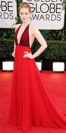 Amy Adams in Valentino : un'armonia di linee e di colori semplice ma non monotona.