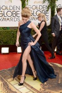 Amber Heard ha voluto sfoggiare uno spacco vertiginoso di cui sinceramente non sentivamo il bisogno. Ed ha rovinato abito ed acconciatura perfetti