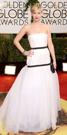 Brava, ma quanto è brava Jennifer Lawrence ( mah dicono...io non me ne sono accorta) ! Comunque l'effetto torta nuziale non glielo leva nessuno. E gli orecchini verdi si abbiano a......?