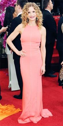 Tette smencie e rosa confetto per Kyra Sedgewick in J Mendel. Erano ubriachi sia l'attrice che lo stilista...