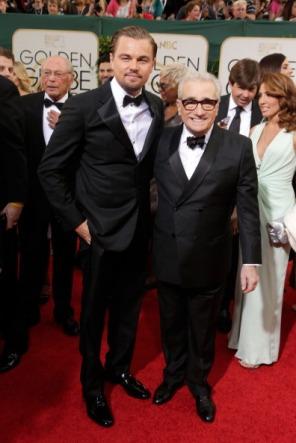 Leonardo di Caprio in Armani (con Martin Scorsese) con qualche problema di posa fotografica (o stacchi il bottone o non tiri le braccia, caro Leo)