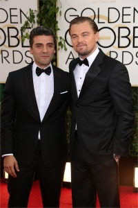 Bottone nero per Leo, bottoni invisibili per Oscar Isaac: si ma sempre smoking nero e camicia bianca!
