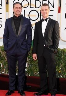 Taylor Kinney a destra ci porta finalmente qualcosa di nuovo con uno smoking blu notte abbinato a camicia e papillon neri (perché è il fidanzato di Lady Gaga...perché?!?!?!) e ovviamente per bilanciare c'è la semplcità di Jesse Spencer (sulla sinistra)